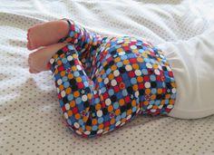 DIY: Cómo hacer leggings para bebés / Actitud y alegría. Baby Dress Patterns, Sewing For Kids, Sewing Crafts, Valentino, Victoria, Leggings, Amanda, How To Make, Dresses