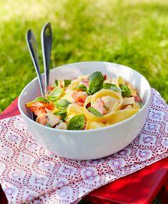 Tämä pasta saa makua ja mehevyyttä tomaatista ja omenasta.Tarjoa tuoreen leivän kanssa.