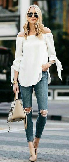 Para salir.  Linda y cómoda  Blusa shouler color blanca, jeans gris y zapatilla nude