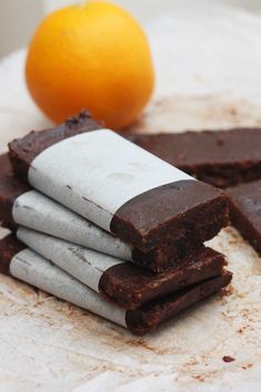 raw chocolate orange bars by Scrummy Lane (scheduled via… Raw Vegan Desserts, Vegan Sweets, Healthy Desserts, Vegan Raw, Cacao Recipes, Raw Food Recipes, Healthy Recipes, Freezer Recipes, Drink Recipes