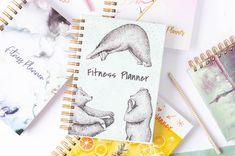 Sprawdź planer fitness, dzięki któremu zaplanujesz swoje cele, będziesz śledzić postępy. Każdego tygodnia zaplanujesz ćwiczenia i posiłki.