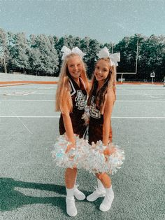 Youth Cheerleading, Cute Cheerleaders, Cheerleading Pictures, Cheerleading Outfits, Gymnastics, Cheer Picture Poses, Cheer Poses, Best Friend Images, Cute Friend Pictures