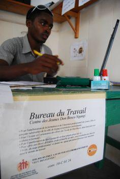 La República Democrática del Congo es uno de los países con los índices de desarrollo más bajos del mundo. Desde CODESPA queremos ayudarles; apoyamos a jóvenes y mujeres a través de formación e impulsamos su independencia económica y social, a través de un trabajo. Os dejamos una foto de las primeras oficinas de inserción laboral :)
