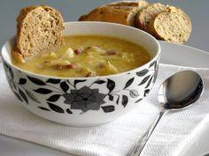 Çorbalar sofralarımız en önde gelen yemeğidir. Çorba çeşitleri konusunda sıkıntımız olmaz çünkü sayılamayacak kadar çok çeşit var Türk mutfağında. Bizim evde mercimek her zaman favori olsa da, arada değişik denemeler yapmadan duramıyorum. İşte bunlardan biri de bolca soğanı doğrayıp, kızartılmış ekmek içleri katılarak kavurulan ve et suyu dökülerek çorbası oluşturulan soğan çorbası. İftar sofraları için farklı lezzetler arayanlar işte tarifi..