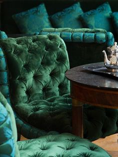 Tufted chairs in an emerald green velvet – what a beautiful color! La Réserve P… Tufted chairs in an emerald. Estilo Dandy, Deco Baroque, Slytherin Aesthetic, By Any Means Necessary, Ivy House, Green Rooms, Green Velvet, Modern Chairs, Emerald Green