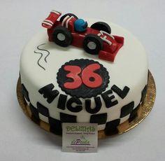 Miguel es fanático de la Formula 1, asique no dudó en elegir el modelo para su tarta.  En el interior de la tarta, un bizcocho de chocolate relleno de nata y confitura de frutos rojos. Almibar de Kirsch. Exquisita! Para todos tus eventos, no dudes en llamarnos al 616849394. ¡Diseñaremos la tarta en fondant ideal para tu celebración, tenemos el mejor precio de Málaga! www.depaulapasteleria.blogspot.com www.facebook.com/panaderiadeliziasdepaula www.tartasmalaga.net…