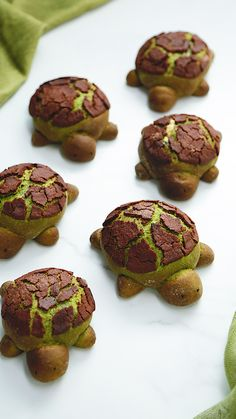 Matcha Milk Bread Turtles Are you ready for an overload of CUTE? These chocolate filled matcha turtles make an adorable addition to your lunchbox! The post Matcha Milk Bread Turtles appeared first on Mary& Secret World. Cute Food, Good Food, Yummy Food, Baking Recipes, Dessert Recipes, Healthy Recipes, Bread Recipes, Cake Recipes, Flour Recipes