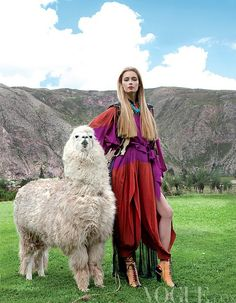 Princesa Inca, Vogue viaja a Peru More iconic if alpacas/ llamas were in the background with a fierce power pose Alpacas, Guiseppe Zanotti, Moda Peru, Vogue Mexico, Look Boho, Vogue Magazine, Ethnic Fashion, Llama Alpaca, Peru Llama
