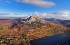 Errigal et Dunlewy Lough, Derryveagh Mountains, Comté de Donegal. Beautiful Places In The World, Donegal, Natural History, Mount Rainier, Ireland, Hiking, Mountains, Landscape, Husband