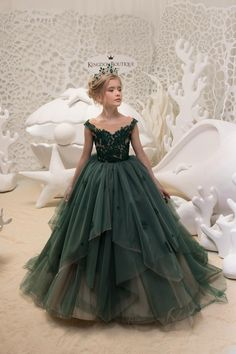 This Emerald Green Flower Girl Dress Birthday Wedding party is just one of the custom, handmade pieces you'll find in our flower girl dresses shops. Green Flower Girl Dresses, Lace Flower Girls, Little Girl Dresses, Fashion Kids, Gowns For Girls, Girls Dresses, The Dress, Baby Dress, Queen Dress
