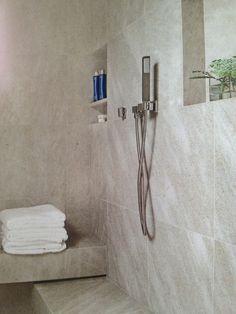 Duschen är klädd med ett enda material, mattslipad kalksten.   Sköna Hem: skapa stilen 1/2013
