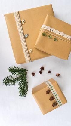 Wunderschön eingepackte Geschenke gehören auch an Weihnachten dazu! Unser Tipp: Günstiges Geschenkpapier wie schlichtes Packpapier verwenden und mit einem ausgefallenen Band, frischen Eukalyptus-Zweigen und selbstgemachten Anhängern kombinieren. Fertig ist eine individuelle Verpackung mit Wow-Faktor! // Geschenke Weihnachten Christmas Ideen Deko Dekorieren DIY Schenken Advent Schleife Geschenkpapier Eukalyptus#Schenken#Geschenke#Weihnachten#Christmas#Ideen#Deko#Advent