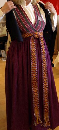 Brunčiem – lindarkiem auda košu oranžsarkanu, aveņsarkanu vai violetu drānu ar sīku lāsojumu, ko panāca batikojot, t.i., krāsojamo dziju nosienot vai sašķetinot gaišāku un tumšāku pavedienu. Brunčus šujot, paaugstinātā jostasvieta tika savilkta kārtīgās sīkās krokās, sarafāna ņieburdaļu šuva no citāda, parasti sīksvītraina auduma.