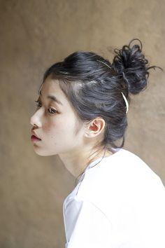 ヘアアクセを使ったナチュラルなおだんごヘア。黒髪の魅力が引き立ちます。(hair/Chiaki Muto model/Yui Matsumoto)