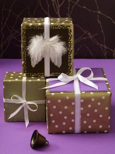 Wir zeigen Ihnen, wie Sie Geschenke für Ihre Lieben weihnachtlich und effektvoll verpacken können. Da werden die Augen garantiert leuchten.