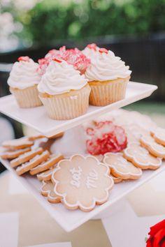 Hon ! J'ai un truc comme ça, je pourrais emmener des petits gâteaux, qu'en penses-tu ?  Photography: Christine Farah Photography - christinefarah.com  Read More: http://www.stylemepretty.com/california-weddings/2014/07/10/whimsical-hollywood-engagement-session/