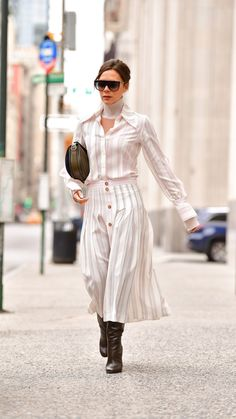 Victoria Beckham Celebrates Brooklyn's Birthday In a Ladylike Take on Tailored Dressing Mode Victoria Beckham, Victoria Beckham Outfits, Winter Fashion Outfits, Latest Fashion Clothes, Look Fashion, Posh Beckham, Viktoria Beckham, Celebrity Airport Style, Estilo Street