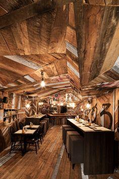 Le designer québécois Jean De Lessard a réalisé le design intérieur du restaurant/bar Izakaya Kinoya situé sur la rue St-Denis à Montréal. Inspirant, éclaté et unique, ce créatif a joué avec le bois comme un artiste d'origami peut le faire avec du papier. Utilisant des planches de bois de grange de l'artiste menuisier Dominic Samson, …