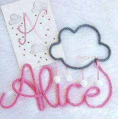 Porta de Maternidade nome do bebê e desenho em Tricotin Art Fil, Diy Crafts For Kids Easy, Wire Jewelry Designs, Granny Square Blanket, Wire Crafts, Alice, Metallica, Banner, Crochet