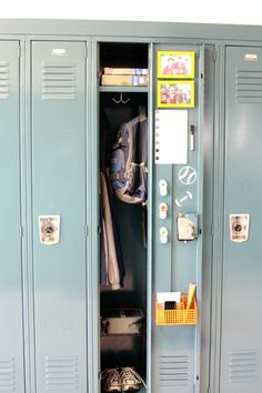 IHeart Organizing: Back to School Organizing: Pimp My Locker - I totally did this to my lockers back in my school days, funny memories! Can't wait to dress up my kids' lockers too, ha ha! Middle School Lockers, Middle School Supplies, Diy School Supplies, School Routines, School Hacks, School Locker Decorations, Decorated School Lockers, School Locker Organization, Locker Storage