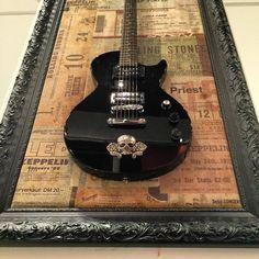 Coloque um pouco de rock'n roll na sua decoraçao com nossos quadros feitos com guitarras customizadas.