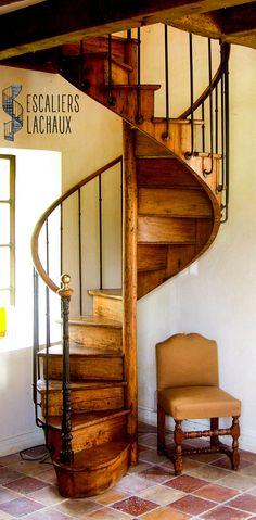 Escalier colimaçon XIXe tout bois en chêne massif de type bistrot installé par l'établissement Lachaux. Spiral stair case in massive oak from XIXth century, installed by Lachaux establishment.