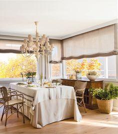 comedor con manteles de lino y un aparador antiguo detrás Dining Room, Dining Table, Home And Living, Ideal Home, Sweet Home, Table Decorations, House, Furniture, Home Decor