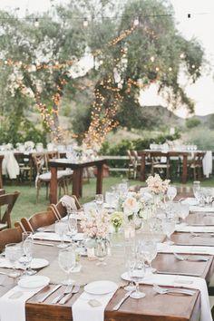 Casamento rústico + Varal de lâmpadas e mesas de madeira | Rustic wedding + Farm