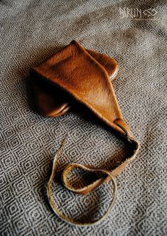 viking handcraft: leather bag from Haithabu and small bag / purse from Eide (Nor . Sewing Leather, Leather Craft, Vikings, Norse Clothing, Viking Embroidery, Medieval Pattern, Viking Garb, Hunting Bags, Pouch Bag