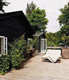 Ideas for house exterior scandinavian terraces Outdoor Spaces, Outdoor Living, Outdoor Lounge, Villa, Dream House Exterior, House Exteriors, Black House, Exterior Design, Black Exterior