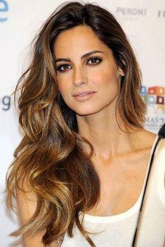 Sfumature chiare su capelli lunghissimi.