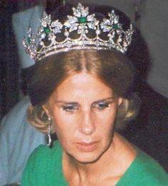 La Duquesa de Alba, Cayetana Fitz-James Stuart y Silva, luciendo la Tiara Ducal de esmeraldas, perlas y diamantes, en forma de Diadema.