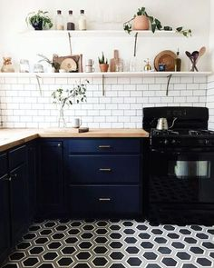 We have SERIOUS kitchen envy over this set up! Interior perfection thanks to white tiles and a STUNNING statement floor.