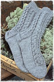 Suvikumpu: Pitsisukat Crochet Socks, Knit Mittens, Diy Crochet, Knitting Socks, Hand Knitting, Knitting Patterns, Warm Socks, Diy Clothing, Yarn Crafts