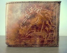 Little buffalo – Portfolio in leather. Portfolio in little buffalo leather handmade in color with antique effect. Ideal to bring the necessary banknotes, credit cards and currency. The decoration may vary from the one made, customizing it as you like.