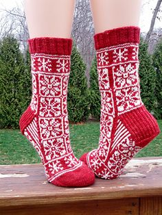 Ravelry: Do You Want To Build A Snowman? pattern by KnittyMelissa knit socks stranded colorwork Knitting Charts, Knitting Socks, Hand Knitting, Knitting Patterns, Knit Socks, Crochet Socks, Knitting Designs, Fingering Yarn, Build A Snowman
