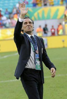 SAL65 SALVADOR DE BAHÍA (BRASIL), 30/06/2013.- El entrenador de la selección italiana Cesare Prandelli saluda al público tras la victoria del equipo en la tanda de penalties por el tercer y cuarto pue