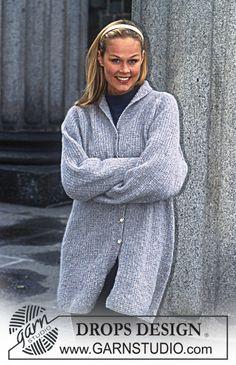 Gebreid DROPS vest met raglan en patent structuur en riem van Karisma Angora-Tweed. Maat S – XL.