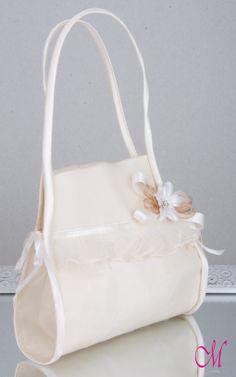 Limosnera de seda natural con lazos de raso, organza y fruncido y flor de cristal. http://www.monetatelier.com/es/list/category/diademas-comunion