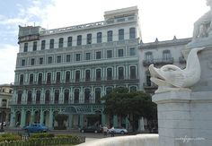 Fachada el Hotel Saratoga frente al Parque de la Fraternidad en la Habana