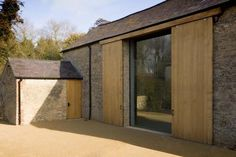 James Gorst Architects - Watergate, the conversion of a barn and stables to an artist studio and residence, Oxfordshire 2014 Contemporary Barn, Modern Barn, Modern Farmhouse, Houses Architecture, Residential Architecture, Architecture Design, Ancient Architecture, Sustainable Architecture, Landscape Architecture