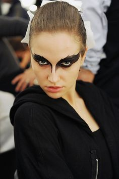 Black swan makeup - may do a look similar to this for a dark angel costume (maquillaje halloween ideas) Raven Costume, Bird Costume, Valkyrie Costume, Bat Makeup, Costume Makeup, Evil Makeup, Monkey Makeup, Zombie Makeup, Scary Makeup