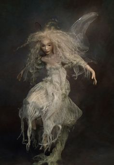 """In my fantasies, all of my dolls could fly, all of them were magic"". ~Wendy Froud~ Wendy Froud tornou-se uma fabricante de bonecas com . Forest Creatures, Woodland Creatures, Magical Creatures, Fantasy Creatures, Brian Froud, Kobold, Paperclay, Fairy Art, Fairy Dolls"