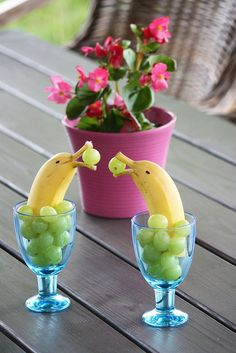 Banana Dolphins with grapes. Your kids sure love them! The pampering banana dolphin . - Banana Dolphins with grapes. Your kids sure love them! The comforting banana dolphins get a smile o - Healthy Waffles, Savory Waffles, Fruit Decorations, Food Decoration, Fruit Salad Decoration, Housewarming Decorations, Hawaiian Party Decorations, Mermaid Party Decorations, Deco Fruit