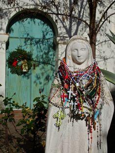 Los rosarios de plena esperanza. Prayer beads, offerings of hope. A.c.t.