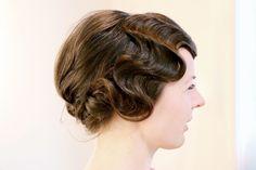 bei langen haaren stylen wir seitliche wasserwellen mit chignon am hinterkopf