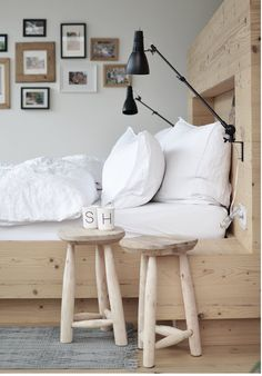 Tables de nuit avec 2 tabourets en bois au style scandinave / Bedside table in the bedroom