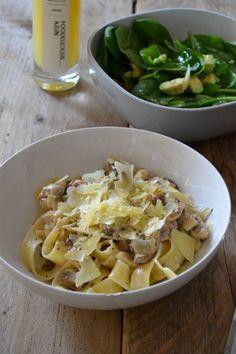 Heerlijke pasta in truffelroom. Een saus met paddenstoelen, truffelsalsa en room. Lekker met een frisse salade!