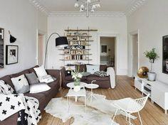 Zwei Braune Polstersofas Offenes Regalsysten Originelle Stahllampe Wohnzimmer Im Skandinavischen Stil