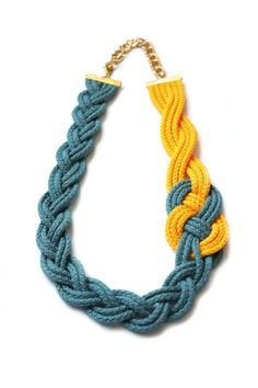 Jewelry Knots, Macrame Jewelry, Fabric Jewelry, Braided Necklace, Rope Necklace, Crochet Necklace, Photo Bleu, Making Jewelry For Beginners, Macrame Colar